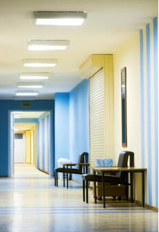 Corridor in a hospital in Granby. The walls are blue and yellow and were painted by Peintre Granby.